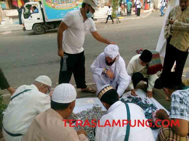 Anggota jamaah hajii asal Indonesia memilih batu akik di pasar tempel dengan Hotel Al Loaloa, Mekkah, Arab Saudi.(Foto: Mas Alina Arifin/Teraslampung.com)