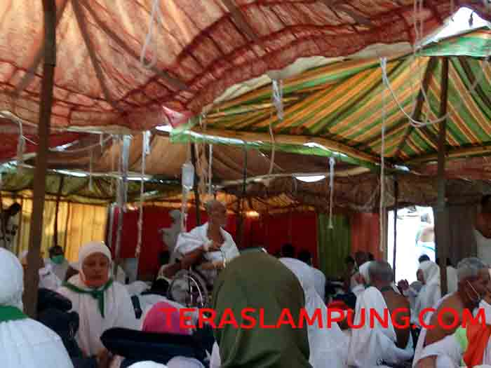 Jamaah haji asal Lampung menjalani perawatan di dalam tenda di Arafah, Minggu (11/9/2016).