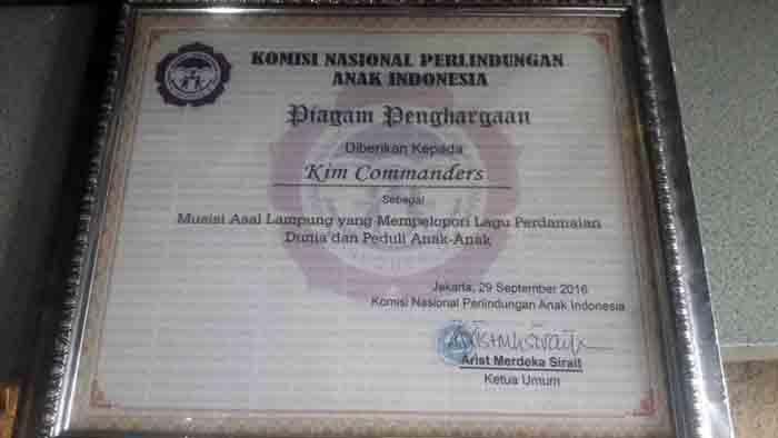 Piagam penghargaan KPAI untuk Kim Comamnders