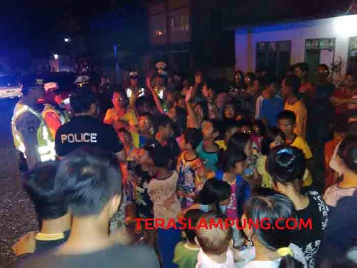 Personel polisi dialog dengan warga Tanah Miring.