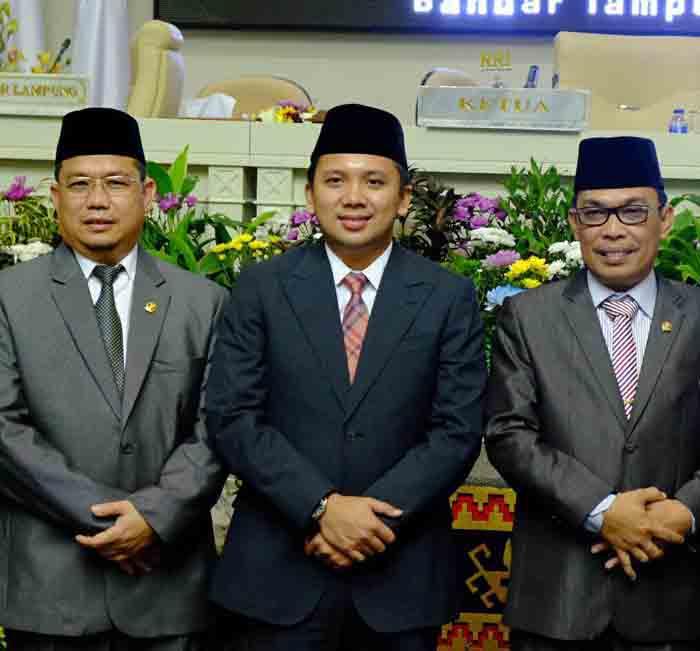 Imer Darius foto bersama Gubernur Lampung dan para pimpinan DPRD Lampung.