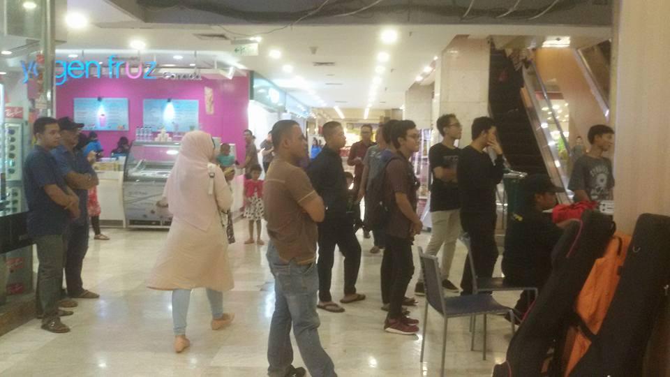 Pengunjung Mal Kartini menyaksikan pentas musik jazz.