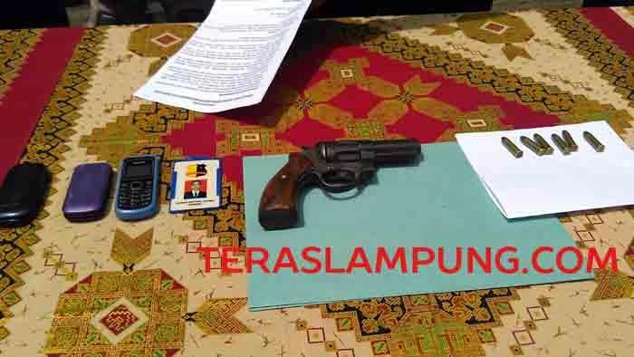 Pistol rakitan dan peluru yang diamankan dari tangan Iwan.