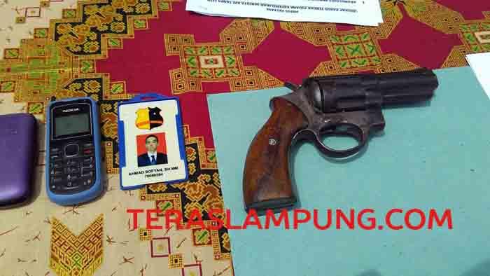 Senjata api rakitan dan tanda identitas palsu Iwan sebagai anggota Mabes Polri.