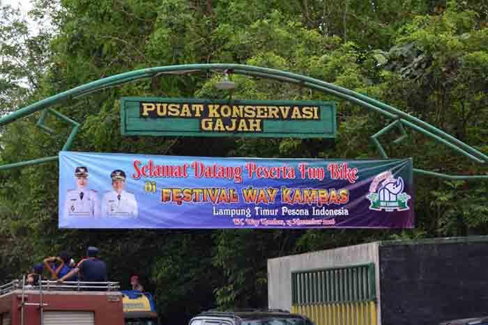 Gerbang Pusat Konservasi Gajah Taman Nasional Way Kambas (Foto: Ratna Juwita)