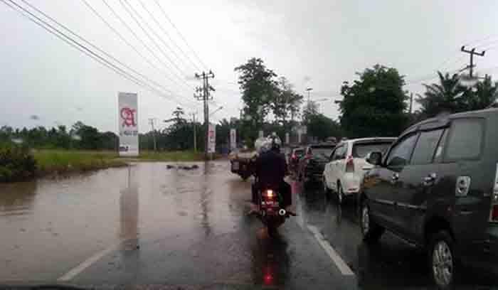 Hujan Deras, Jalan Lintas Sumatera Bandarlampung — Natar Tergenang Air