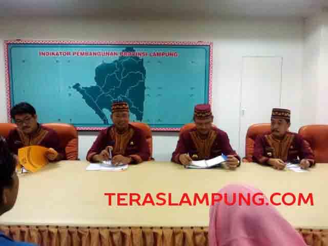 Sekda Provinsi Lampung Sutono (kedua kiri) menjelaskan tentang pembatalan Perda tentang APBD Kota Bandarlampung, Kamis (26/1/2017).