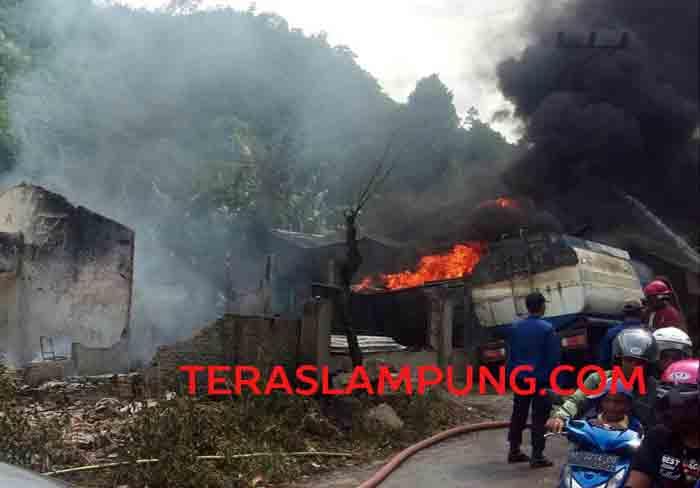 Ledakan tangki BBM di gudang penimbunan solar di Umbul Kunci, Kelurahan Kateguhan, Bandarlampung, Minggu sore (17/1/2017) menyebabkan delapam rumah luluh lantak.