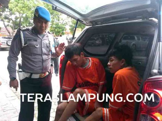 Wahyudi (kanan) dan Riski sebagai kurir yang ditangkap Satuan Reserse Narkoba Polresta Bandarlampung.
