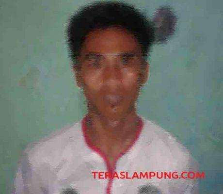 Tersangka Dede saat diperiksa di kantor polisi, Kamis (2/2/2017).