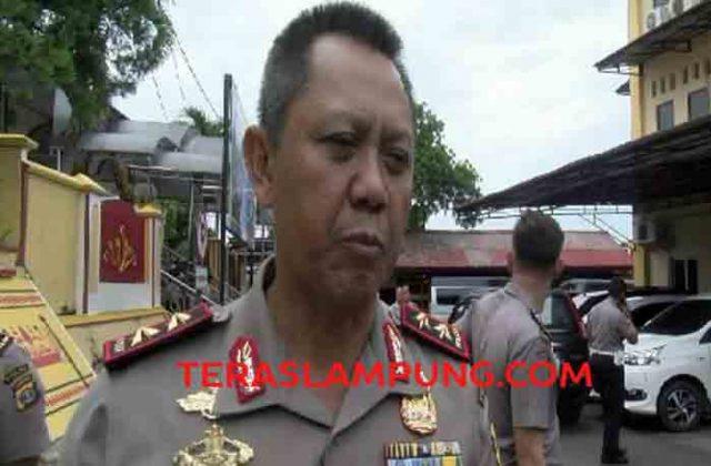 Kapolda Lampung Irjen Sudjarno memberikan keterangan kepada para wartawan tentang proses hukum bagi dua anak buahnya yang ditangkap di hotel karena diduga berselingkuh.
