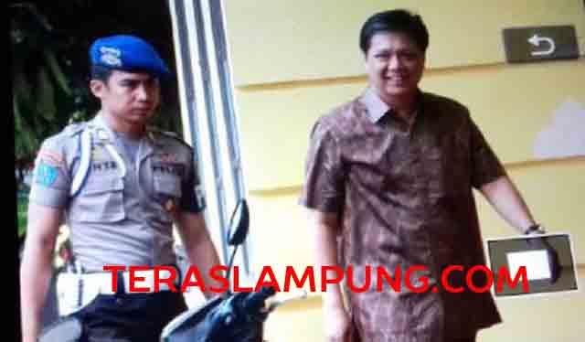 Bupati Tanggamus nonaktif Bambang Irawan menuju tempat pemeriksaan di Kompleks SPK Kemiling, Bandarlampung.