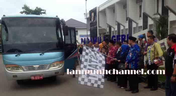 Bupati Agung Ilmu Mangkunegara melepas kontingen marching band Gita Praja Ratula Lampung Utara yang akan berlomba pada Kejuaraan Nasional Drum Band di Bandar Lampung, Kamis pagi (2/2/2017).
