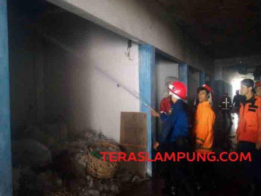 Petugas pemadam kebakaran saat memadamkan api di lantai dua Pasar Tugu Bandarlampung
