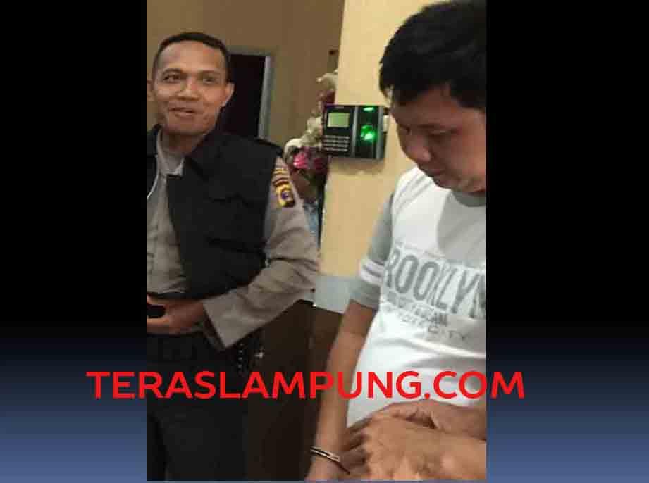 Tersangka Fadilhaq ditangkap polisi karena memeras Kepala Lapas Narkotika Bandarlampung, Jumat (3/2/2017). Foto: Teraslampung.com