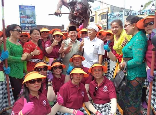 Walikota Herman HN foto bersama di sela-sela acara atraksi-pawai ogoh-ogoh.