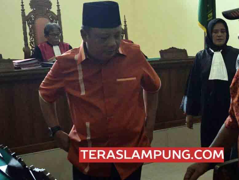 Sekda Tanggamus non aktif, Mukhlis Basri usai menjalani sidang yang vonis satu bulan penjara dan rehabiltasi saat di Pengadilan Negeri Tanjungkarang, Kamis (23/3/2017).