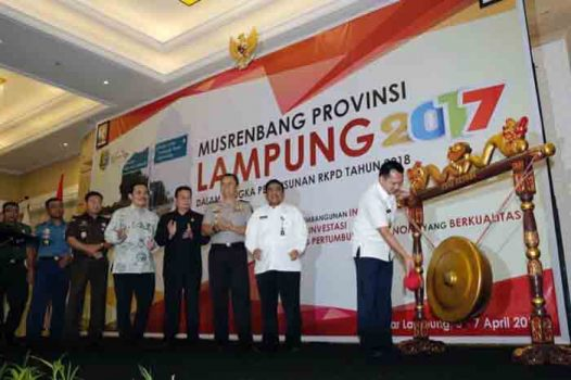 Gubernur Ridho Ficardo memukul gong sebagai tanda dibukanya Musrenbang Pemprov Lampung 2017.
