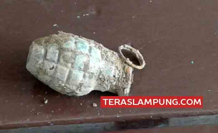 Benda diduga bom granat nanas yang ditemukan pekerja talud saluran sungai di belakang TPU Panjang.