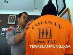 Tersangka ABA saat diperiksa di Polsek Tanjungkarang Barat.