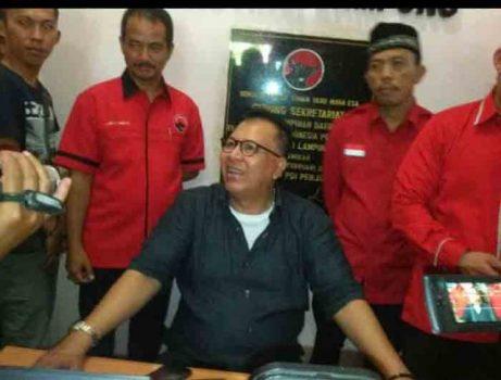 Alzier Dianis Thabranie mengembalikan berkas pencalonan di DPD PDIP Lampung.
