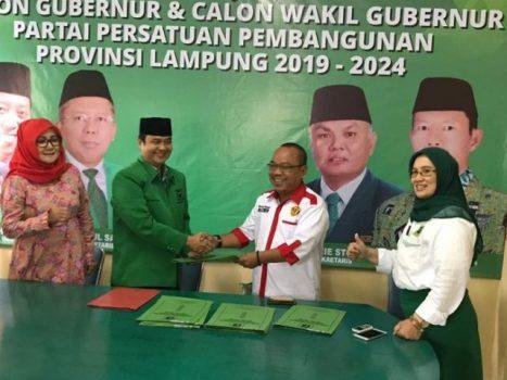 Ibrahim Bastari mewakili Alzier Dianis Thabranie mengambil berkas pendaftaran bacagub Lampung di DPW PPP Lampung.