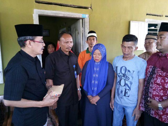 Pimpinan RSU Abdoel Moeloek Bandarlampung pada Kamis (21/9/2017) menyambangi kediaman Ardiansyah - Delpasari, orangtua bayi yang meninggal di RSUAM, Rabu (21/9/2017).