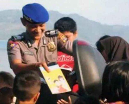 """Tularkan """"Virus Hobi Baca"""", Anggota Polair Lamsel Ini Bawa Buku Bacaan Anak Saat Patroli"""