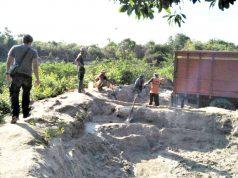 Petugas Tipiter Polres Lampung Timur (Lamtim), mengamankan delapan orang yang kedapetan sedang melakukan penambangan pasir illegal di RPTN Toto Projo SPTN wilayah II Bungur di Taman Nasional Way Kambas (TNWK) Lampung Timur (foto Ist).