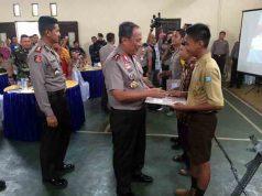 Kapolda Lampung Irjen Pol Suntana memberikan penghargaan saat mengunjungi Mapolres Lampung Utara