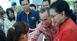 Anggota Komisi VIII DPR RI Itet Trijajati Sumarijanto menyerahkan bantuan bagi anak KPM berprestasi