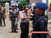 Kapolda Lampung, Irjen Pol Suntana menyalami para personil Brimob yang akan ditempatkan di Lampung Utara