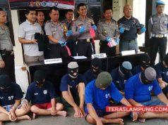 Kapolres Lampung Utara, AKBP Eka Mulyana menunjukkan barang bukti kejahatan yang didapat dari para pelaku,Jumat (23/2/2018).