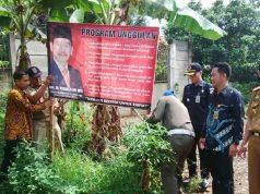 Panwaslu Lampung Utara bersama Satuan Polisi Pamong Praja menertibkan alat peraga sosialisasi dari pasangan calon bupati/pasangan calon gubernur