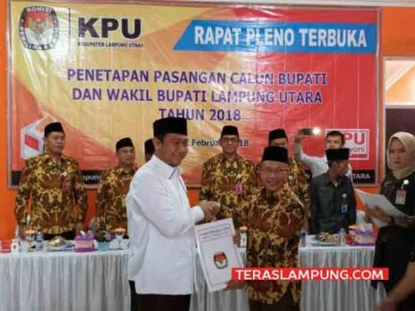 Calon Bupati Lampung Utara, Agung Ilmu Mangkunegara menerima berkas penetapan dari Ketua KPU, Marthon, Senin (12/2/2018).