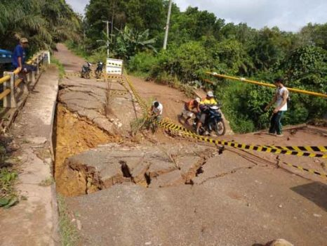 Jembatan Desa Sidang Gunung Tua Ambrol, Warga Rawajitu Makin Susah