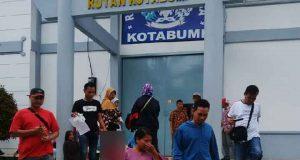 Anggota Satresnarkoba Polres Lampung Utara saat menggelandang perempuan pengunjung Rutan yang kedapatan membawa dua paket sabu