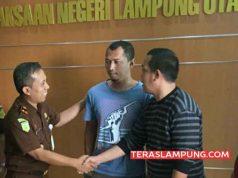 Kepala Kejaksaan Negeri Lampung Utara, Sunarwan (kiri) menyerahkan Mika, buronan kasus korupsi (tengah) kepada Kasi Pidsus Kota Bengkulu, Oktalia, Selasa (6/3/2018)