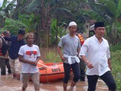 Calon Wakil Bupati Lampung Utara, M. Yusrizal usai berkeliling memantau rumah warga yang kebanjiran.