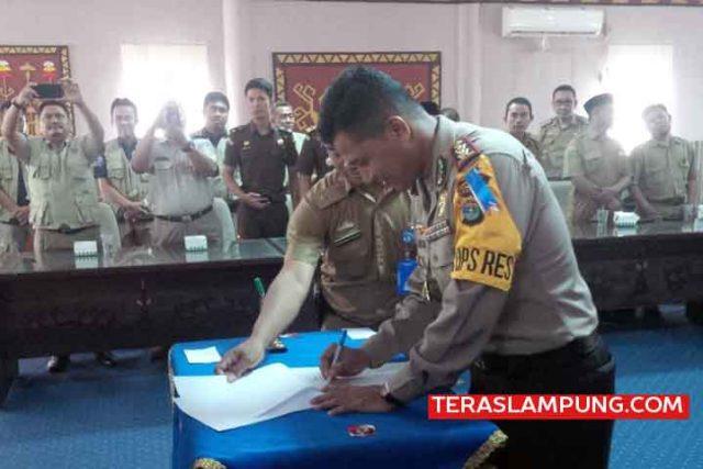 Kapolres Lampung Utara, AKBP Eka Mulyana menandatangani dokumen dukungan PTSL tahun 2018