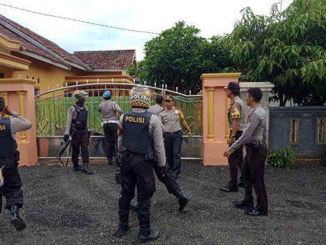 Kapolres Lampung Tengah, AKBP Slamet Wahyudi saat memimpin penangkapan pelaku penggelepan buruan Polda Metro jaya di rumah pelaku di Dusun Panggungan, Gunung Sugih, Lampung Tengah, Selasa (13/3/2018).