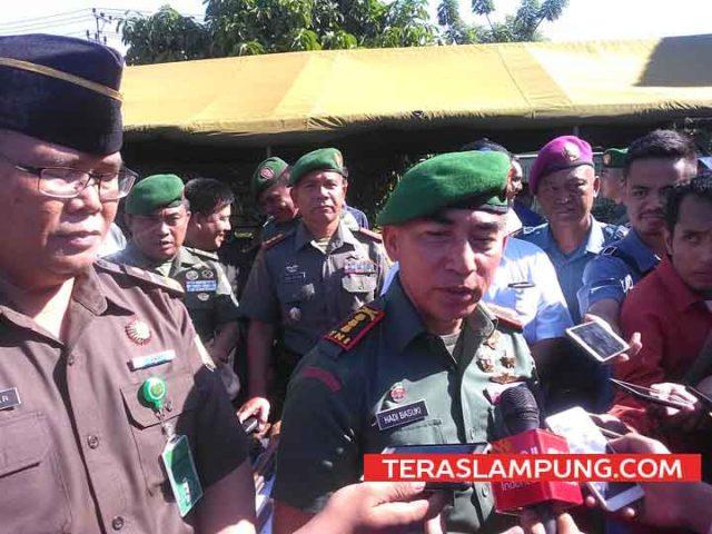 Danrem 043 Gatam, Kolonel Inf Hadi Basuki saat berikan keterangan terkait penyitaan dan pemusnahan barang bukti 193 pucuk senjata api ilegal kepada awak media di Makorem, Rabu (14/3/2018).
