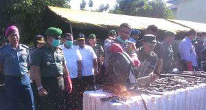 Kapolresta Bandarlampung, Kombes Pol Murbani Budi Pitono saat memusnahkan senjata api ilegal dengan cara dipotong menggunakan mesin gerinda besar di lapangan Makorem 043 Gatam.