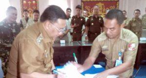 Pelaksana Tugas Bupati Lampung Utara, Sri Widodo menandatangani dokumen dukungan terhadap program PTSL