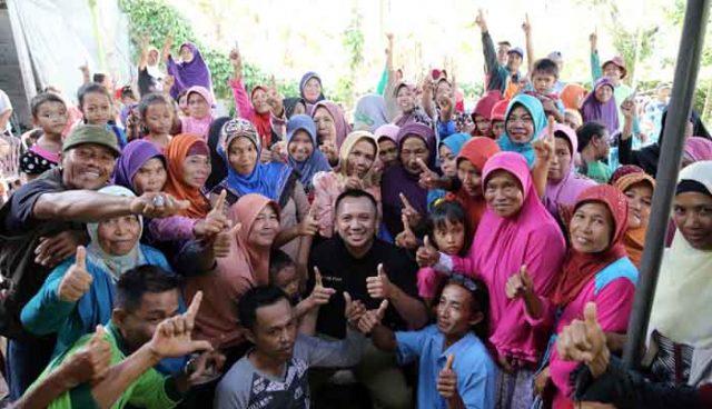 Ridho Ficardo foto bersama warga Desa Bumi Daya, Kecamatan Palas, Lampung Selatan.