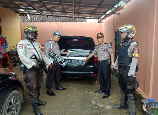 Petugas menunjukan barang bukti yang disita dari tersangka Toba, pelaku penggelepan buruan Polda Metro Jaya, Selasa (13/3/2018).