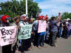 Aksi para perangkat desa menuntut segera dibayarkannya tunggakan delapan gaji mereka, Kamis (29/3/2018)