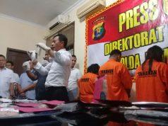 Direktur Reserse Narkoba Polda lampung, Kombes Pol Shobarmen saat menunjukkan barang bukti sabu-sabu yang disita dari tersangka Pasutri pengedar sabu-sabu di Mako Ditres Polda Lampung, Kamis 22 Maret 2018.