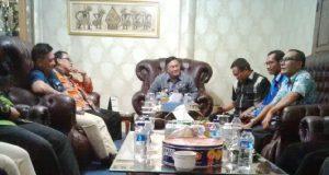 Suasana rapat yang dipimpin oleh Plt Bupati Sri Widodo bersama pihak terkait untuk mengatasi permasalahan keuangan tahun 2017
