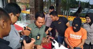 Kasat Reskrim Polresta Bandarlampung, Kompol Harto Agung Cahyono menunjukkan barang bukti motor curian dan kunci letter T yang disita dari tersangka Nadirsyah (32), warga Desa Tanjung Aji, Kecamatan Melinting, Lampung Timur (Lamtim).